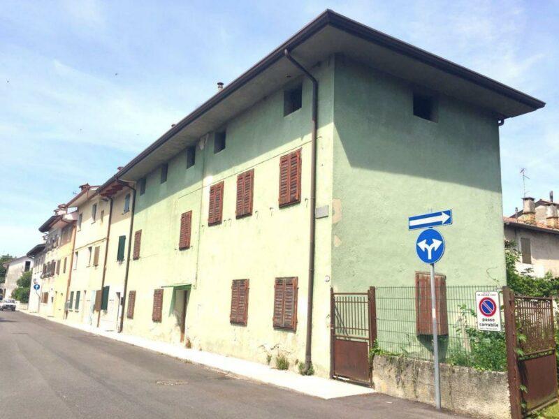 RUSTICO CASALE PLURICAMERE DA RISTRUTTURARE CON DIPENDENZE E GIARDINO San Canzian d'Isonzo