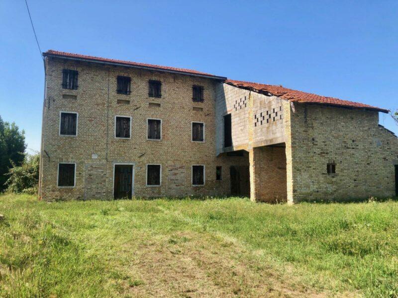 Fabbricato rurale con ampio scoperto Azzano Decimo