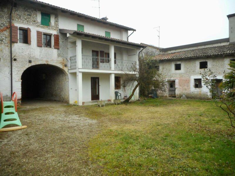 Casa quadricamere con giardino e unità rustica Arzene