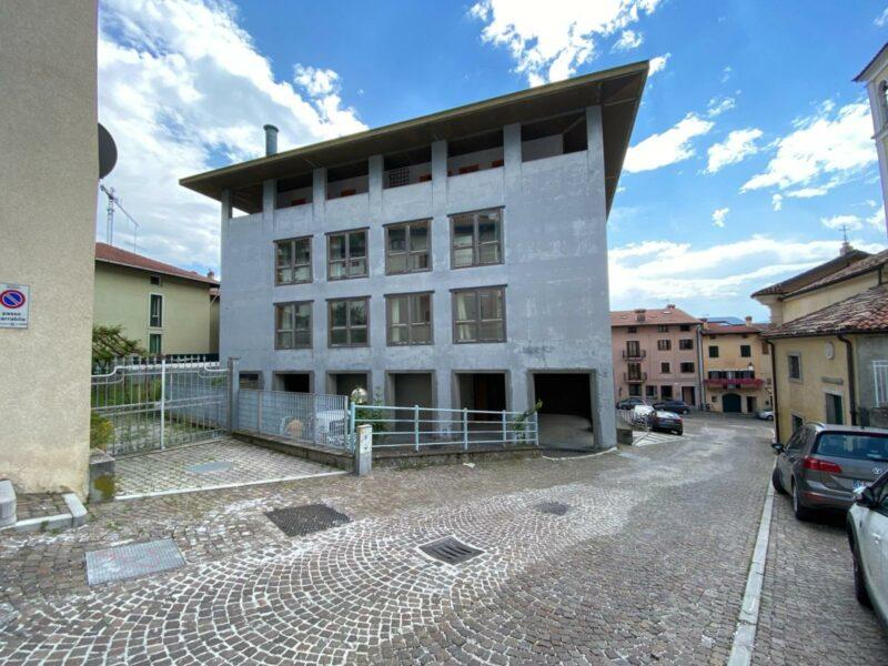 CENTRALISSIMO EDIFICIO PUBBLICO DALL'AMPIA METRATURA Gemona del Friuli